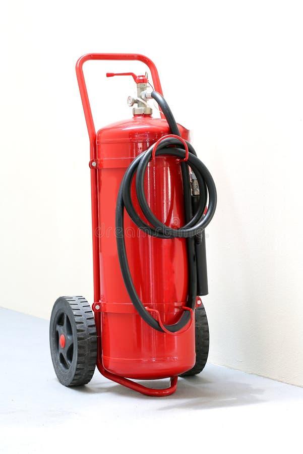 红色有黑管子的被转动的灭火器 免版税库存照片