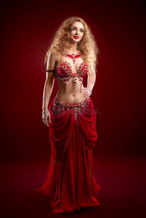 红色服装的肚皮舞表演者 免版税库存照片