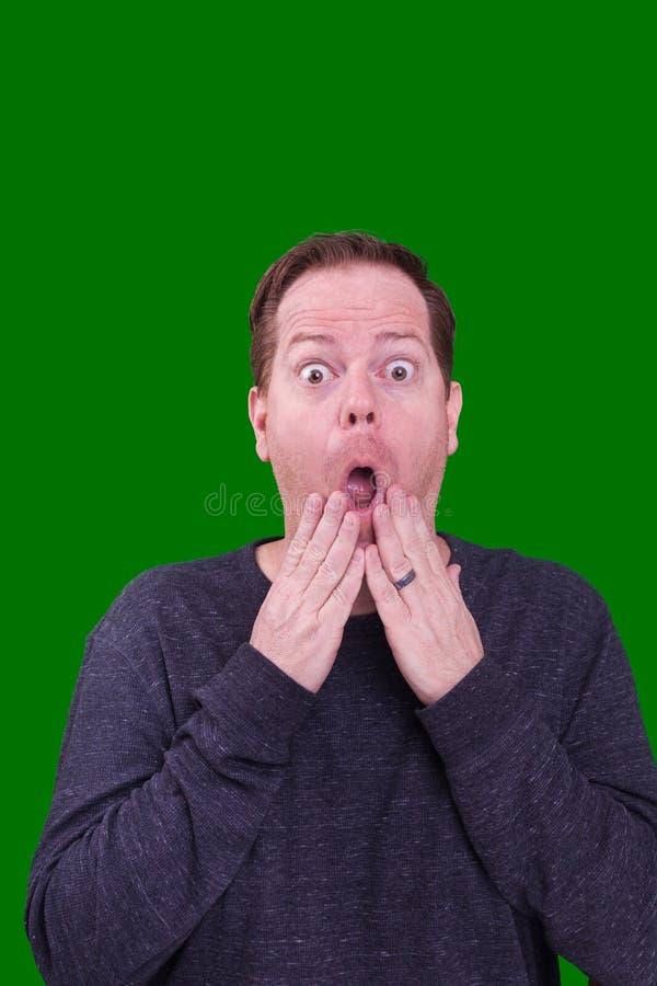 红色朝向的有雀斑的男性嘴打开吃惊的哟表情 库存照片