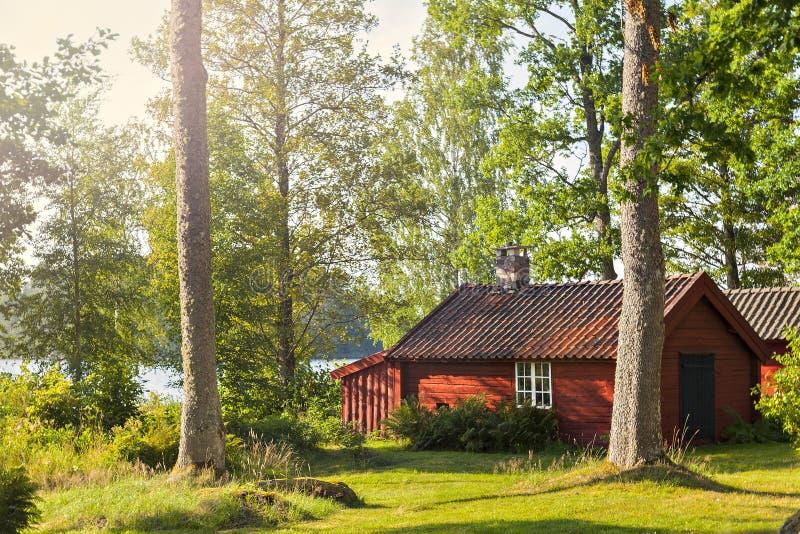 红色木材湖房子 免版税库存照片