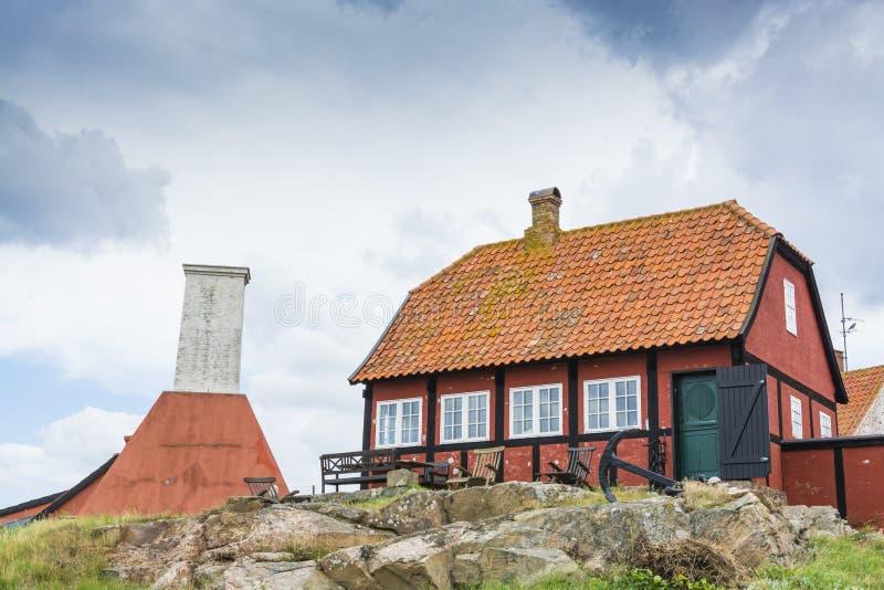 红色木构架的房子Gudhjem丹麦 库存照片