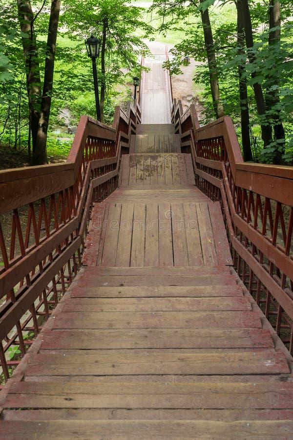 红色木楼梯 免版税库存图片