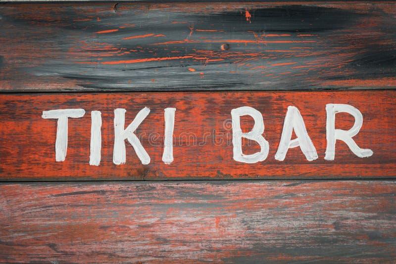 红色木tiki酒吧标志 库存图片