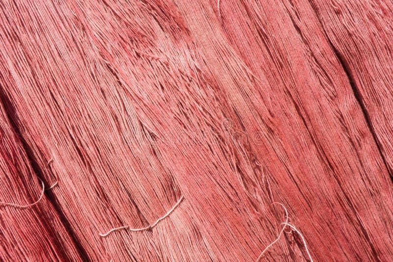 红色未加工的丝绸螺纹背景 库存照片
