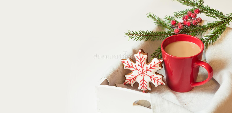 红色杯子热的咖啡用在白色的圣诞节姜饼 假日横幅 袋子看板卡圣诞节霜klaus ・圣诞老人天空 库存照片