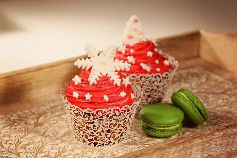 红色杯形蛋糕和绿色蛋白杏仁饼干 免版税库存图片