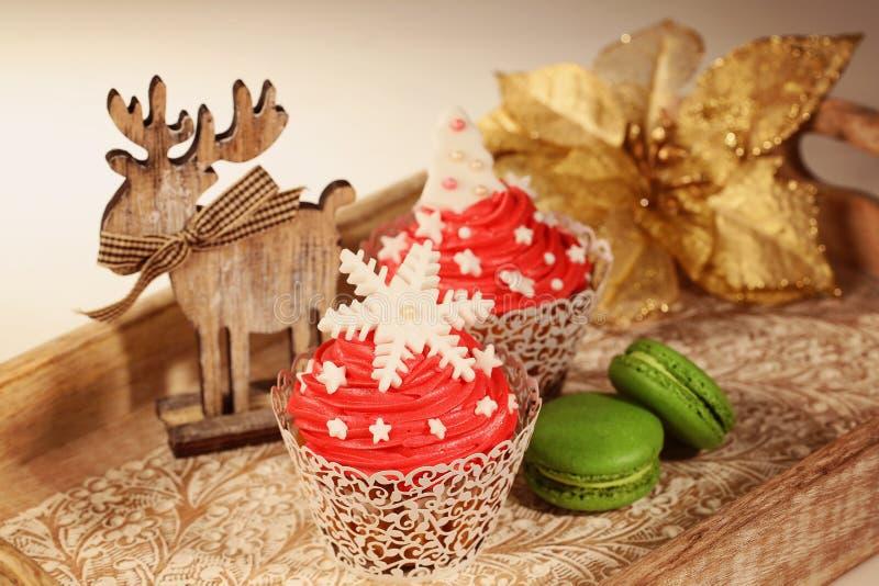 红色杯形蛋糕和绿色蛋白杏仁饼干 图库摄影