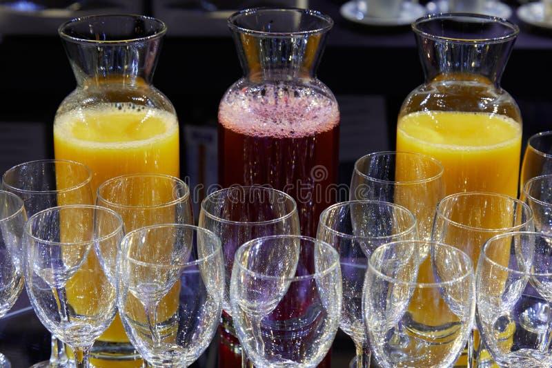 红色果子和橙汁和水晶玻璃 库存照片