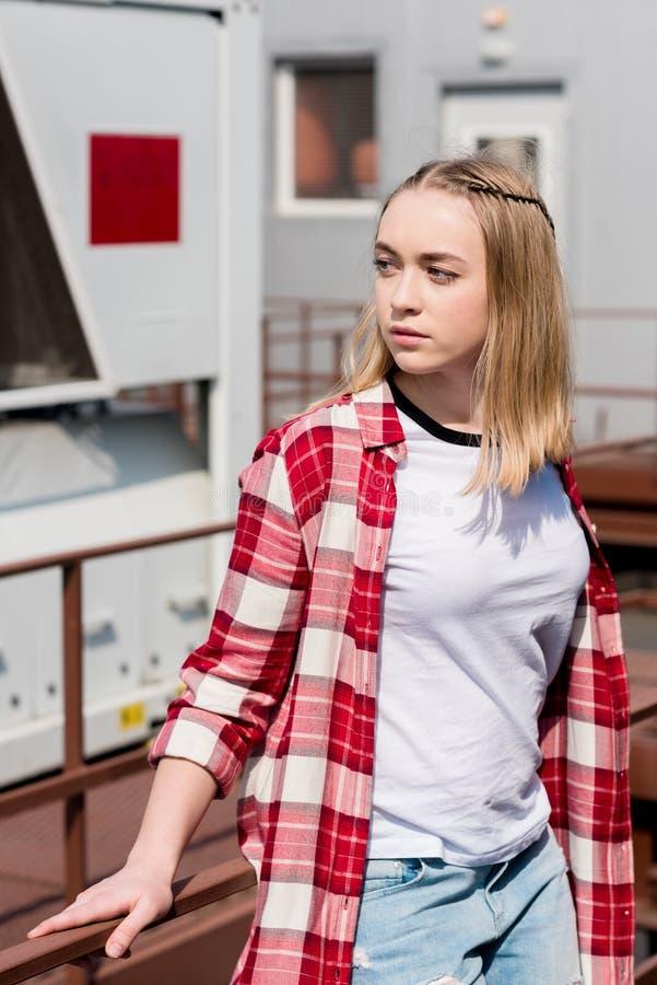 红色格子衬衫的体贴的青少年的女孩 图库摄影