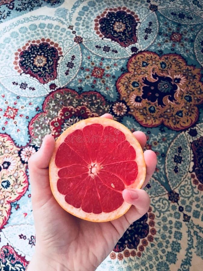 红色桔子宏伟的视图在五颜六色的地毯上的 图库摄影