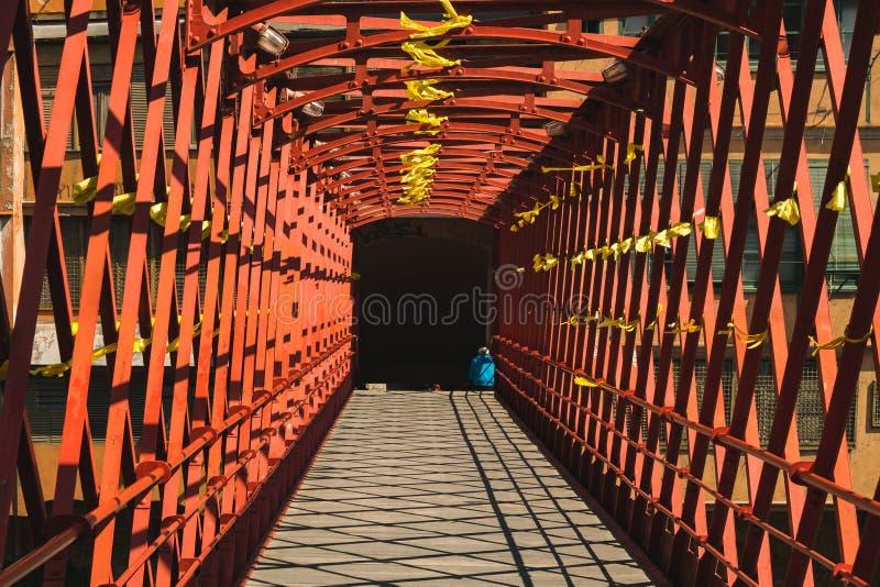 红色桥梁在希罗纳,西班牙 库存照片
