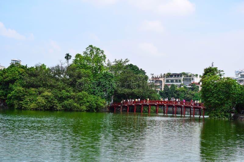 红色桥梁在还剑湖, Ha Noi,越南 免版税库存照片