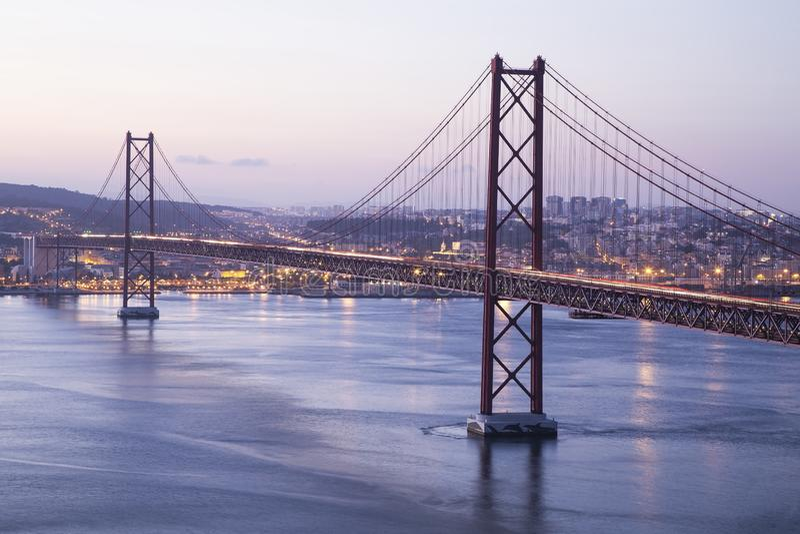 红色桥梁在里斯本 库存照片