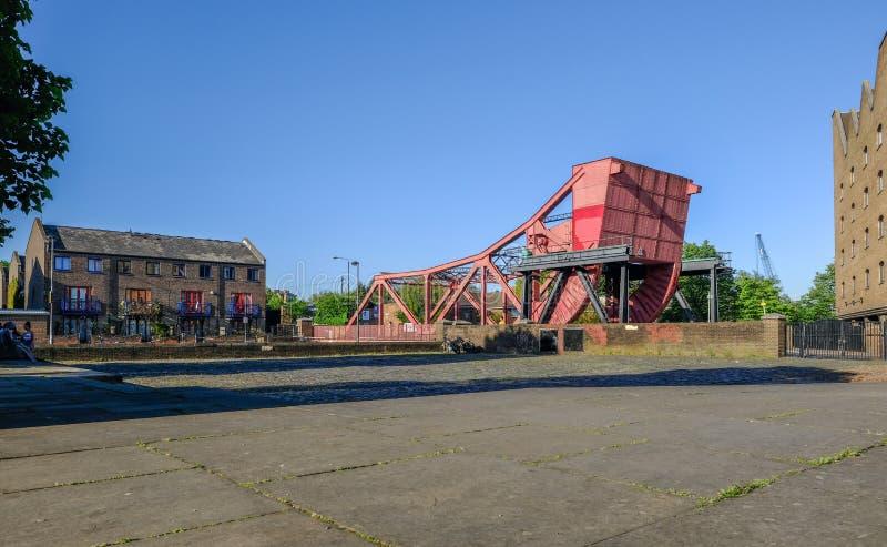 红色桥梁的侧视图在Glamis路的在Shadwell盆地, Lo 库存图片