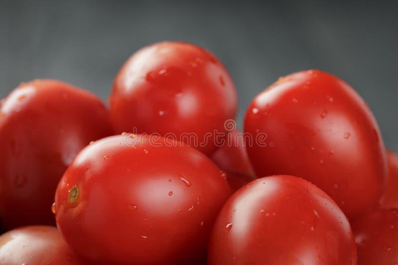 红色樱桃或李子西红柿在碗 免版税库存图片