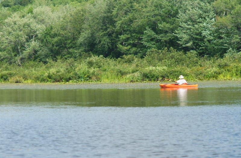 红色橙色皮船或独木舟在镇静湖 库存图片