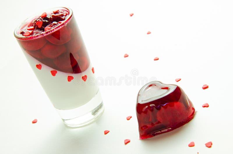 红色欧洲甜樱桃果冻和玻璃 库存图片