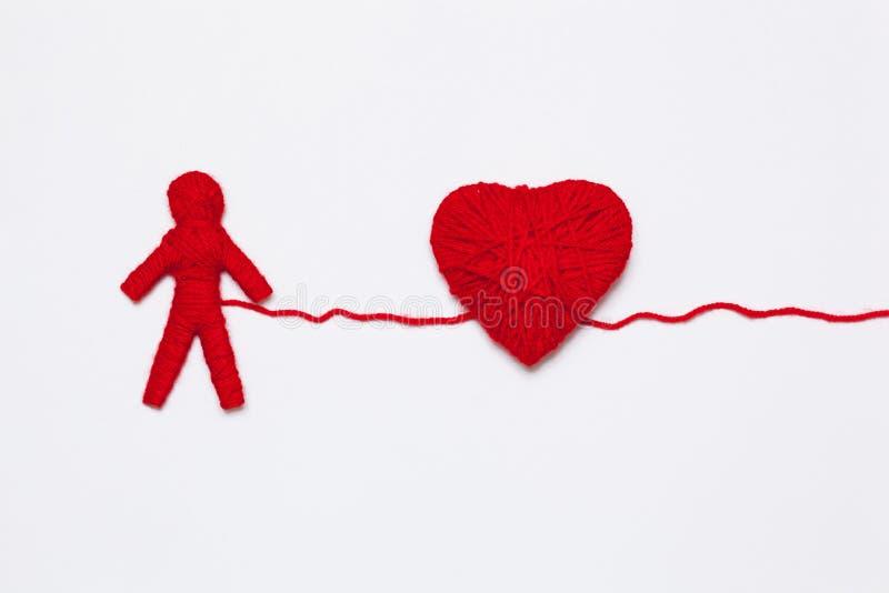 红色毛线心脏和人的图 库存图片