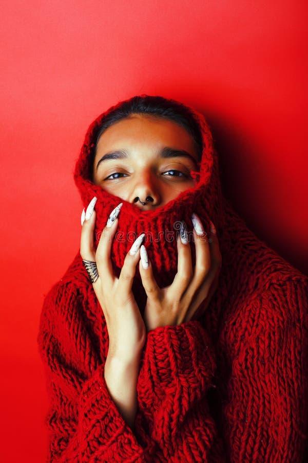 红色毛线衣摆在的情感, fashio年轻人相当印地安女孩 免版税库存图片