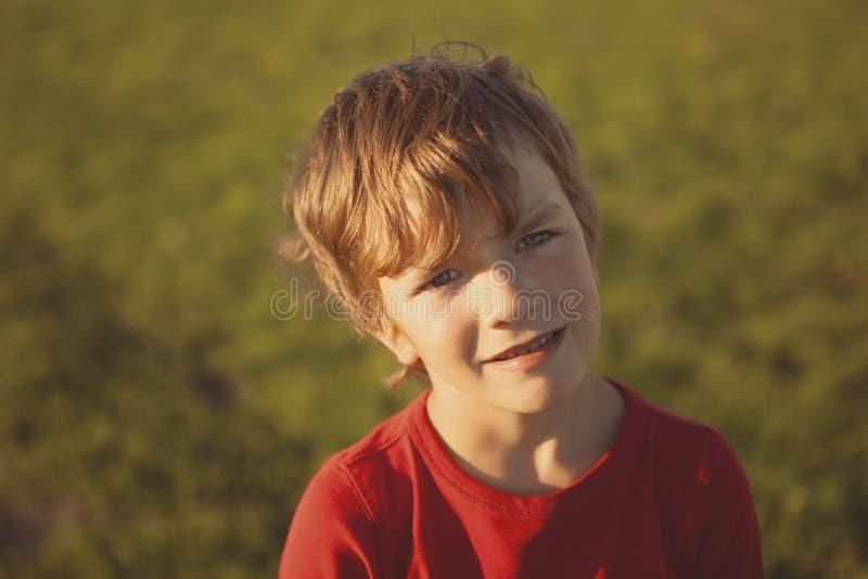 红色毛线衣的画象严肃的男孩, 免版税库存照片