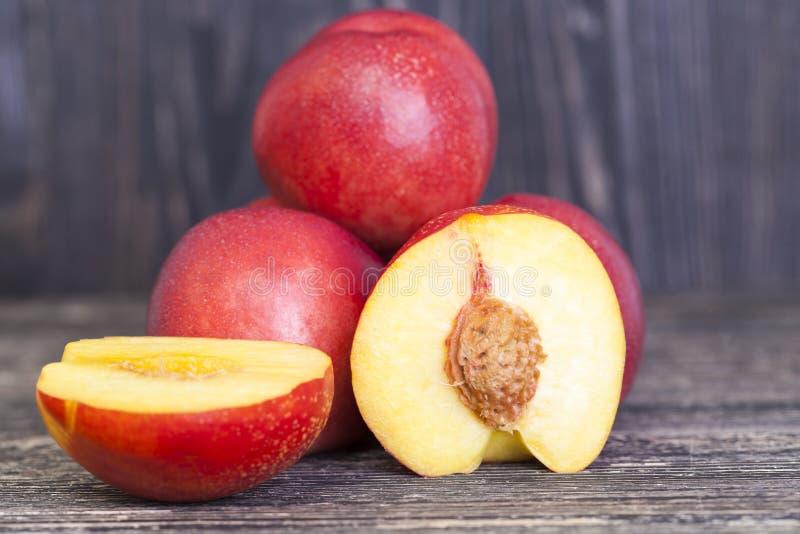 红色水多的油桃 免版税库存照片