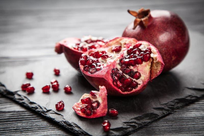 Download 红色汁液石榴 库存图片. 图片 包括有 黑暗, 石头, 果子, 有机, 膳食, 热带, 生气勃勃, 石榴 - 62536571