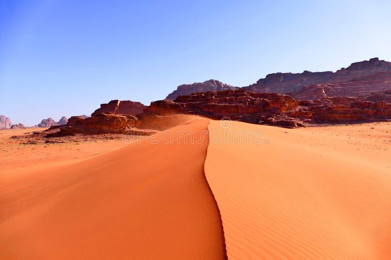红色沙丘在瓦地伦沙漠,约旦 免版税库存照片
