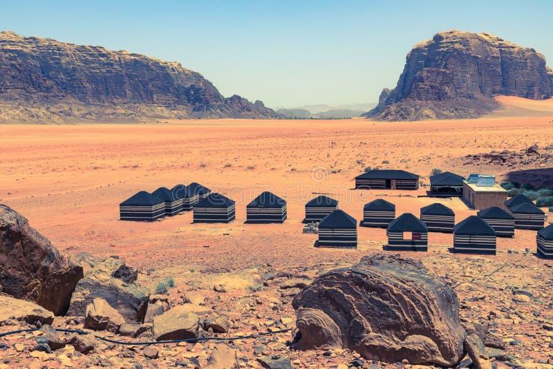 红色沙子沙漠和流浪的阵营晴朗的夏日在瓦地伦,约旦 r 库存照片