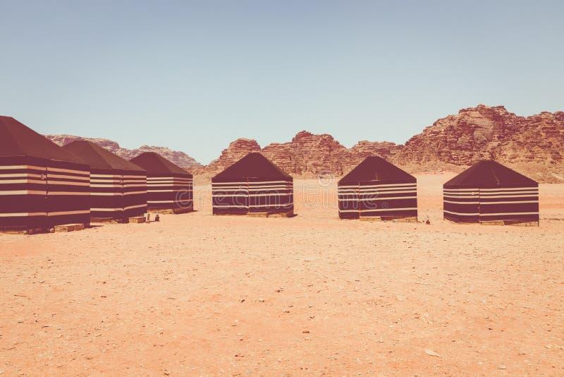 红色沙子沙漠和流浪的阵营晴朗的夏日在瓦地伦,约旦 r 免版税库存照片