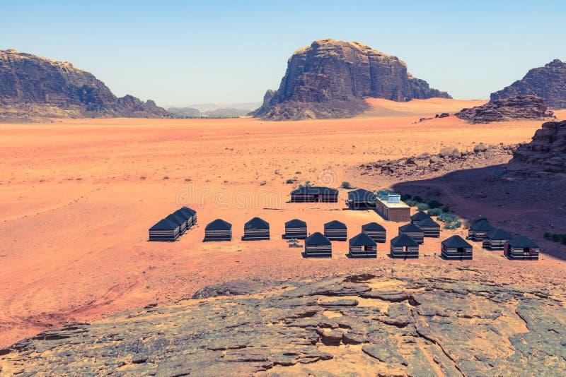 红色沙子沙漠和流浪的阵营晴朗的夏日在瓦地伦,约旦 r 免版税图库摄影