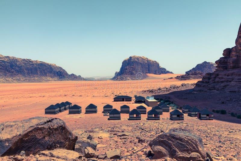 红色沙子沙漠和流浪的阵营晴朗的夏日在瓦地伦,约旦 r 免版税库存图片