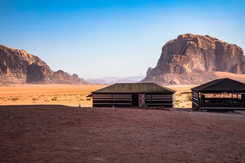 红色沙子沙漠和流浪的阵营晴朗的夏日在瓦地伦,约旦 r 库存图片