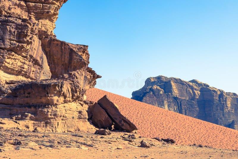 红色沙子沙漠晴朗的夏日在瓦地伦,约旦 中东联合国科教文组织世界遗产名录选址和叫作谷  库存照片