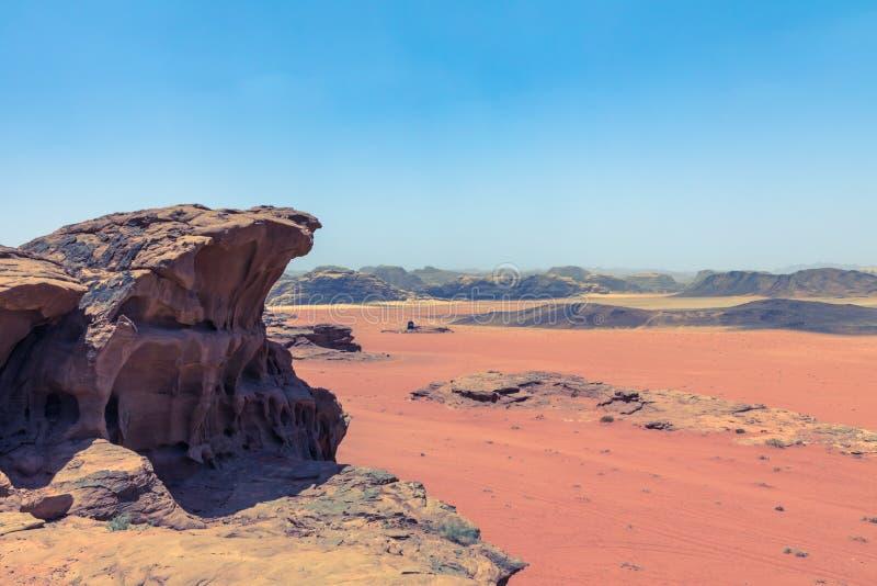 红色沙子沙漠晴朗的夏日在瓦地伦,约旦 中东联合国科教文组织世界遗产名录选址和叫作谷  库存图片