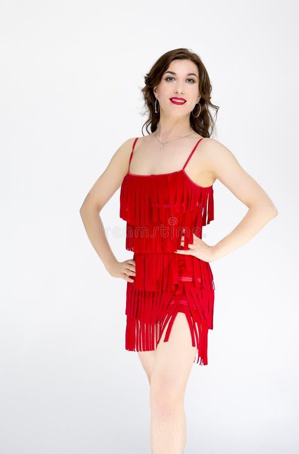 红色流动的拉丁美洲的礼服的舞蹈家在白色 免版税库存图片