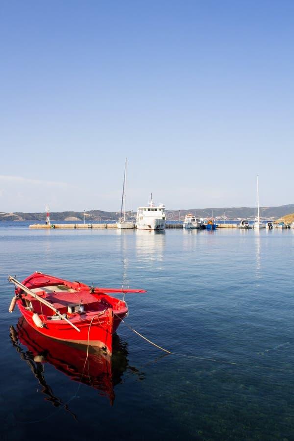 红色渔船在海停住了 港口阿莫利亚尼岛,小海岛在希腊 库存图片