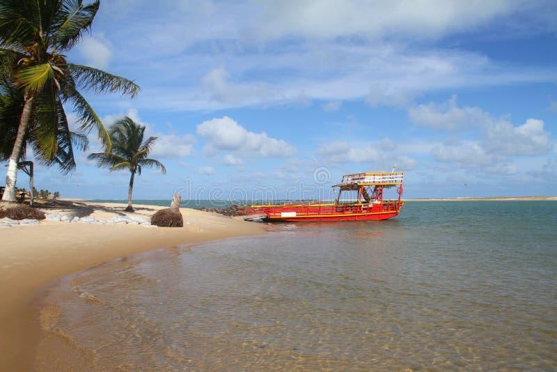 红色渡轮- Sibauma - Barra做Cunhaú -普腊亚da负子蟾 免版税库存图片