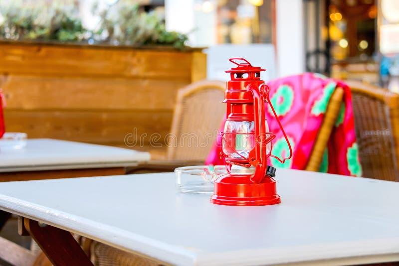 红色灯在桌室外咖啡馆站立 库存照片