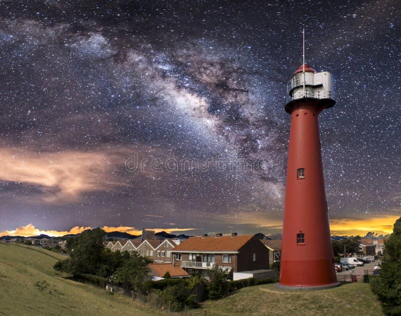 红色灯塔在晚上 免版税库存照片