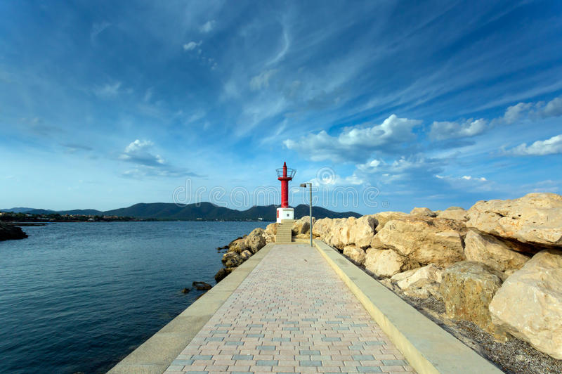 红色灯塔的看法从码头的 免版税库存图片