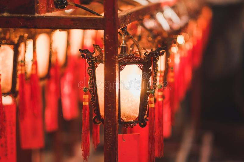 红色灯笼在好莱坞路、上环区、香港,地标和普遍的里面东华三院文武庙游人的 库存图片