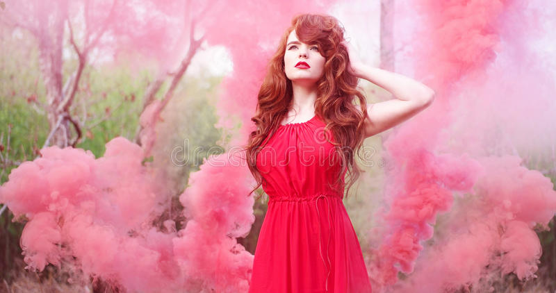 红色烟围拢的头发妇女佩带的礼服 免版税库存照片