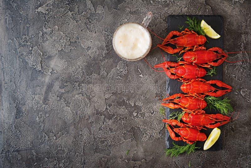 红色煮沸了在桌在土气样式,特写镜头上的crawfishes 库存图片