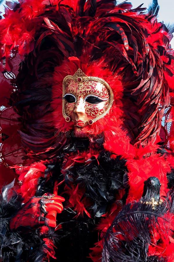 红色狂欢节服装和面具在威尼斯,意大利 图库摄影