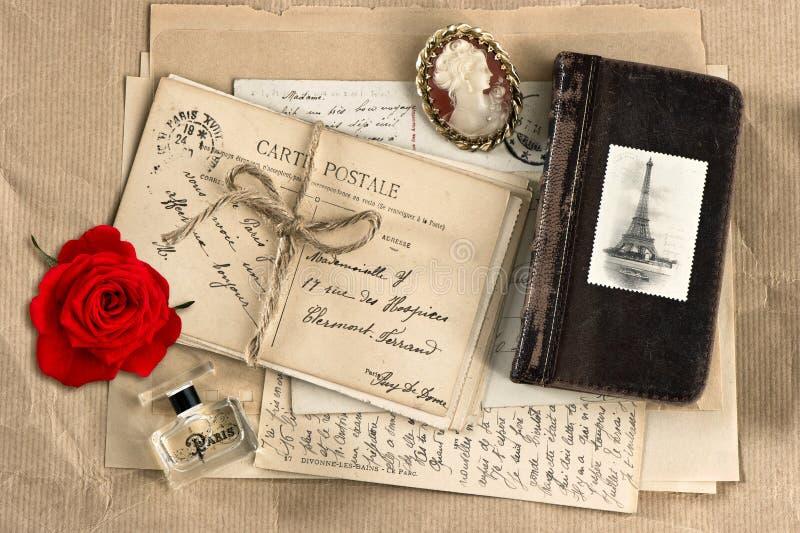 红色玫瑰、老法国信件和明信片 免版税库存图片