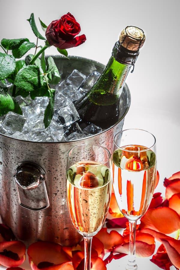 红色玫瑰和冷的香槟为情人节 库存照片