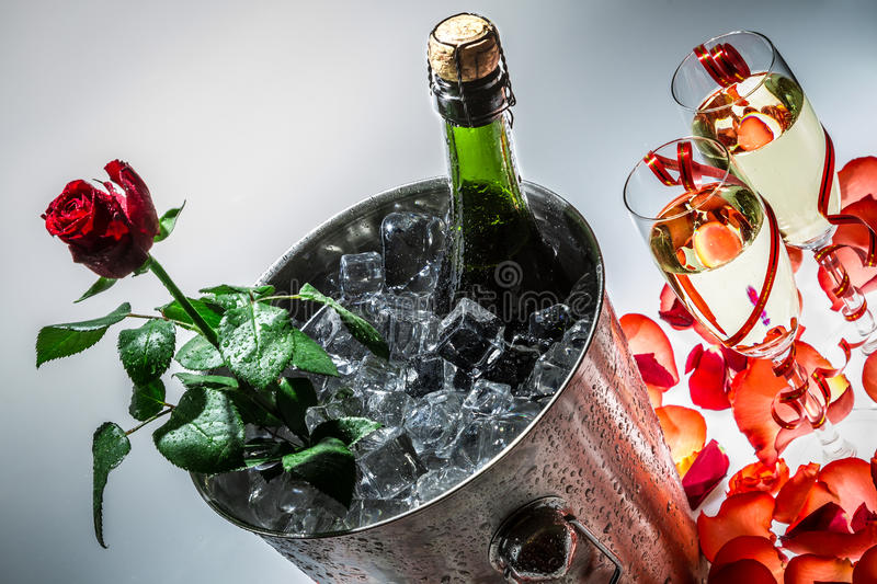 红色玫瑰和庆祝的冷香槟 库存图片