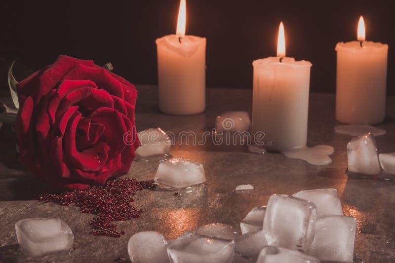 红色玫瑰色蜡烛和冰 免版税库存照片