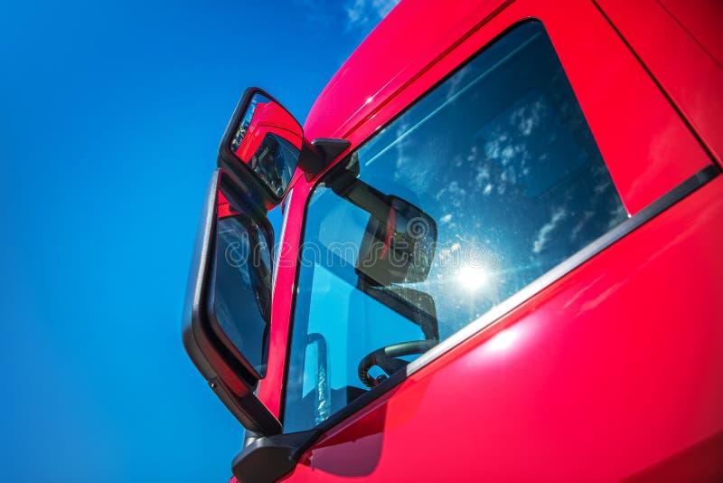 红色现代半卡车 库存照片