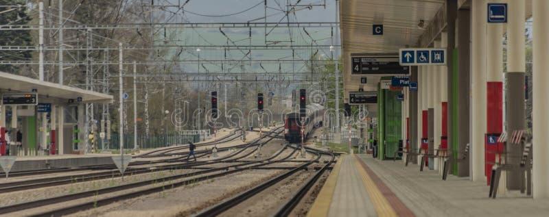 红色现代电动发动机特灵站快速客车 库存照片